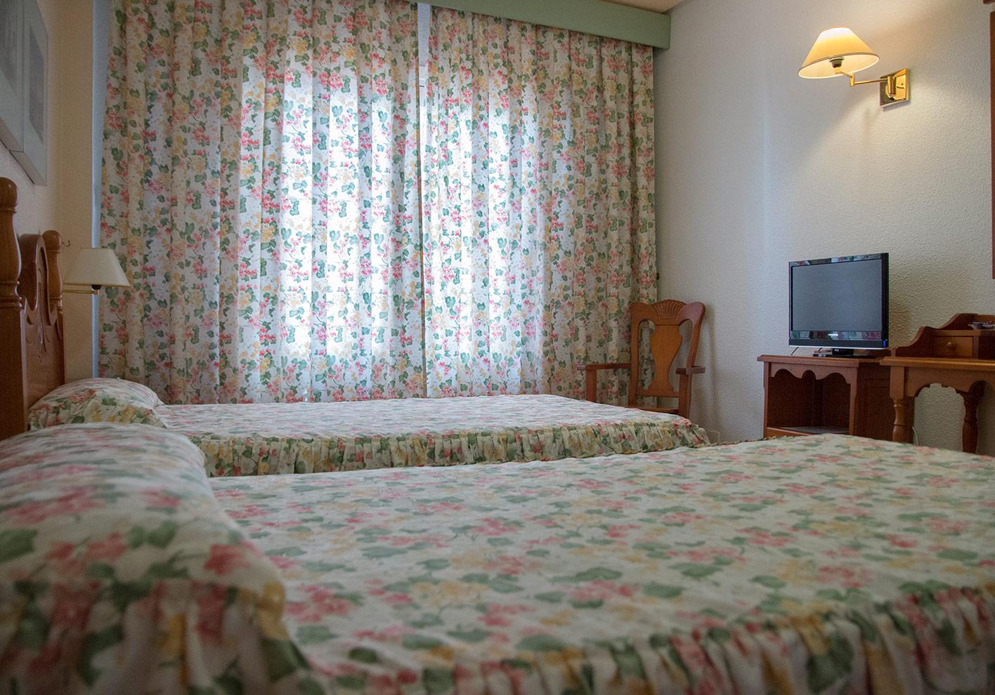 Habitaciones hotel restaurante terraza carmona en vera - Insonorizacion de habitaciones ...